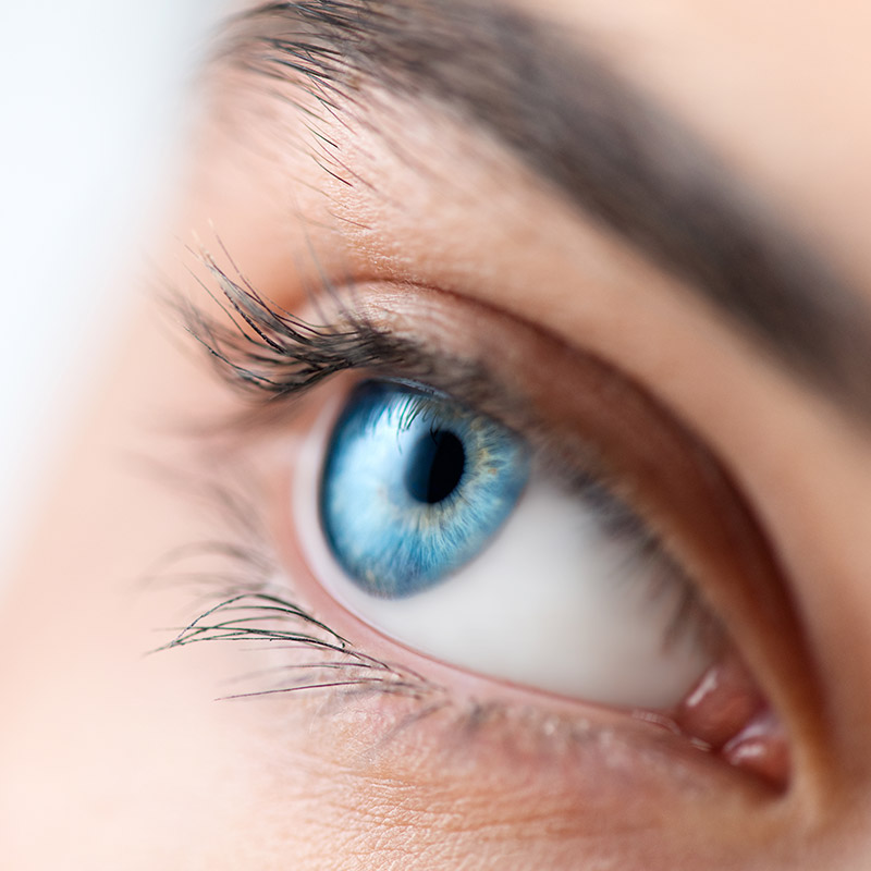 Eine Augenlidstraffung kann Ihnen helfen, Ihre jugendliche Ausstrahlungskraft dank ausdrucksvoller wacher Augen zurückzugewinnen.