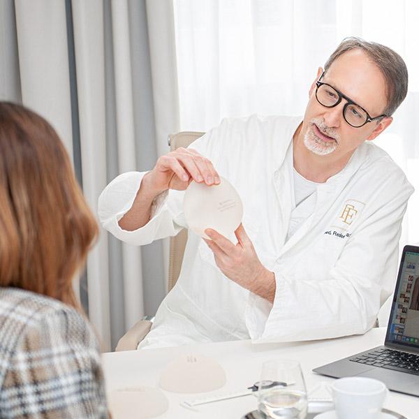 Für die Brustvergrösserung stehen Implantate in diversen Formen, Rundungen und Grössen zur Auswahl, sodass das persönliche Schönheitsideal eigentlich immer erreicht werden kann.
