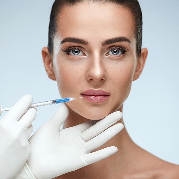 Bei der Behandlung mit Hyaluron werden Falten gemildert oder verschwinden sogar ganz. Damit präsentiert sich die Haut straffer, und das Gesicht sieht insgesamt jünger aus.