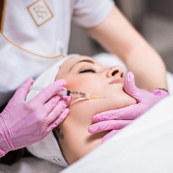 Hyaluron wird in mittlere und tiefere Hautschichten injiziert. Der so erzielte Anti-Aging-Effekt hält bis zu zwölf Monate an.