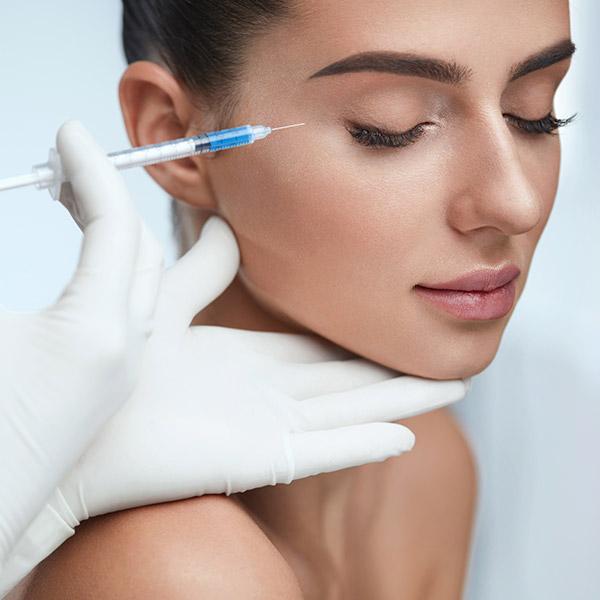 Muskelrelaxan wird mit Hilfe feinster Nadeln gezielt in die Muskelpartien injiziert, die für die Faltenbildung verantwortlich sind.