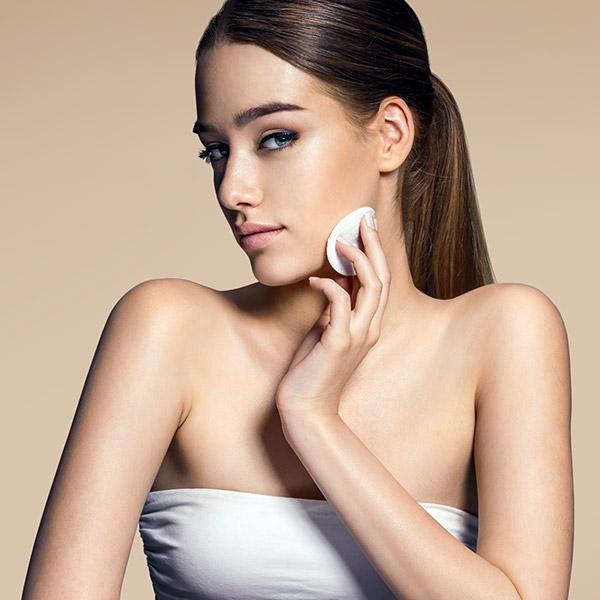 Das TCA-Peeling glättet feine Fältchen und vermindert kleine Narben bzw. Hautschäden oder Hautstörungen optisch.