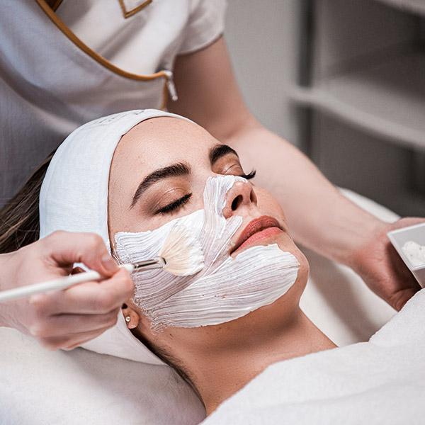 Nach dem TCA-Peeling wirken die Hautoberfläche und der Teint deutlich jünger und feiner, die Haut sieht frischer und rosiger aus.